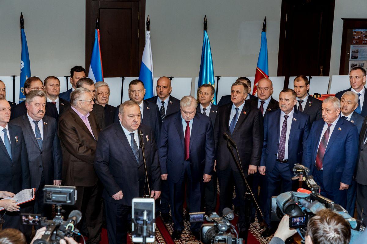 Владимир Шаманов открыл выставку памяти 6-й роты псковских десантников в Госдуме
