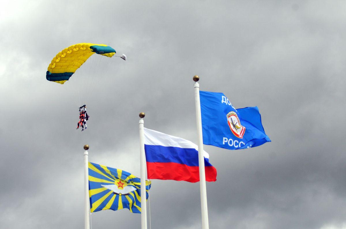 В ДОСААФ было выполнено свыше 210 тысяч прыжков с парашютом