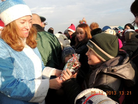аэродром Гвардейск - снегурочка дарит подарки
